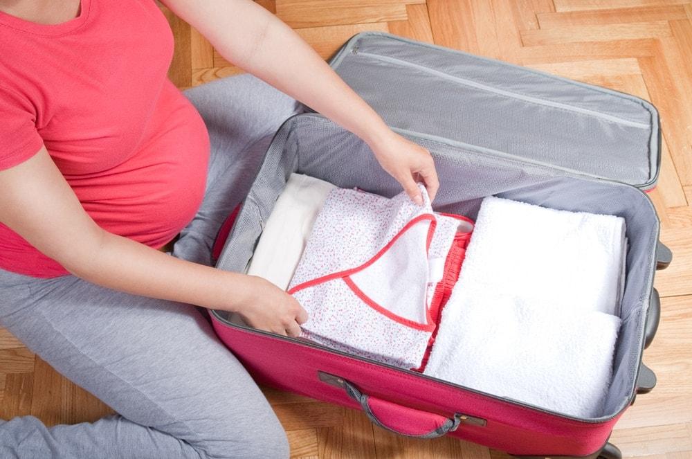 Imagen del embalaje de la mujer embarazada para ir al hospital