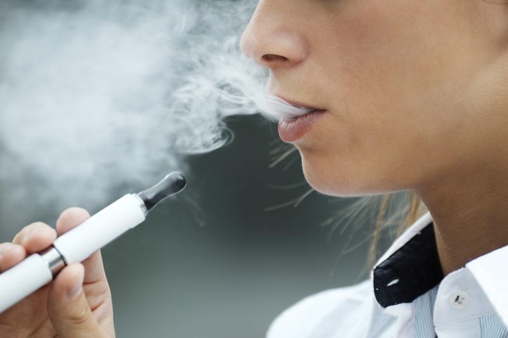 Otra mujer embarazada que usa e-cigarrillos durante el embarazo